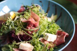 Салат с прошутто и сыром Бри
