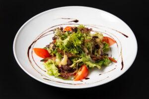 Салат з печінкою і білими грибами