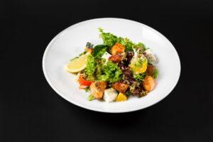Салат с лососем гриль